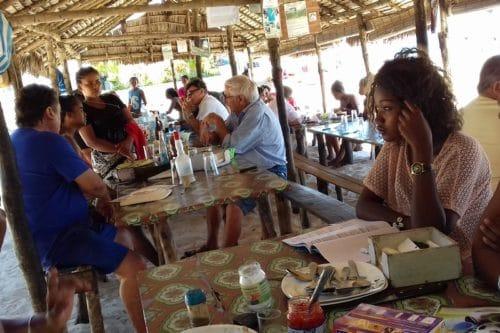 W cioci zjedz lunch na piasku w Ambatoloaka