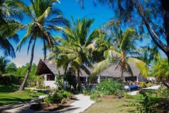 Jardin et court de l'hôtel Moya Beach à Nosy Be