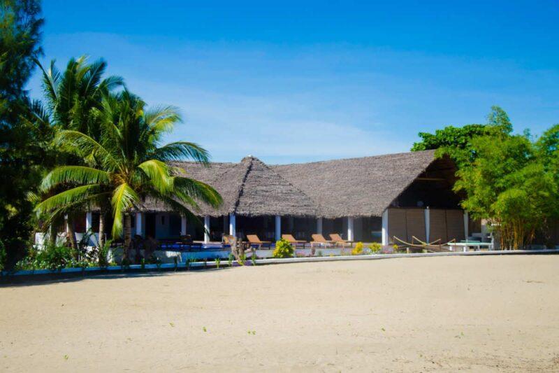Hotel Moya Beach avec piscine au bord de la plage à Nosy Be