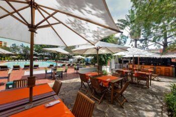 le restaurant et la piscine extérieure de Carlton Madagascar à Antananarivo
