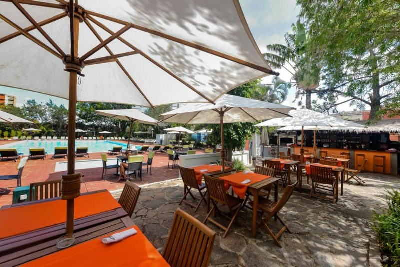 restauracja i odkryty basen Carlton Madagascar w Antananarivo