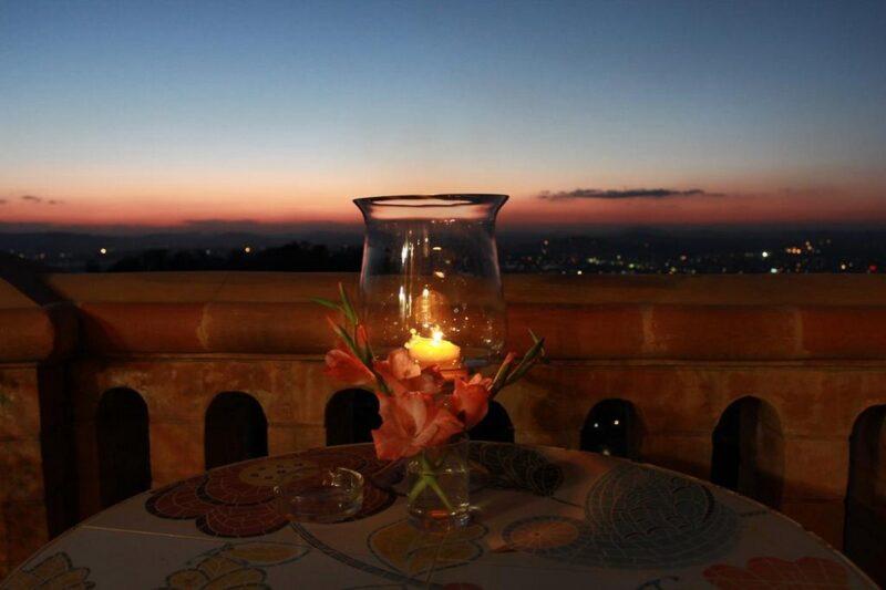 Vue deu coucher du soleil de la terrasse du restaurant Lokanga Boutique Hotel