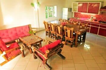 salon commun de Ravinala avec espace repas et cuisine à côté Au Beau Séjour à Foulpointe