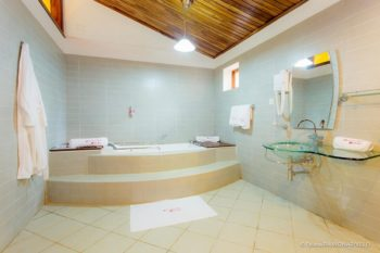 baignoire suite andasibe hotel