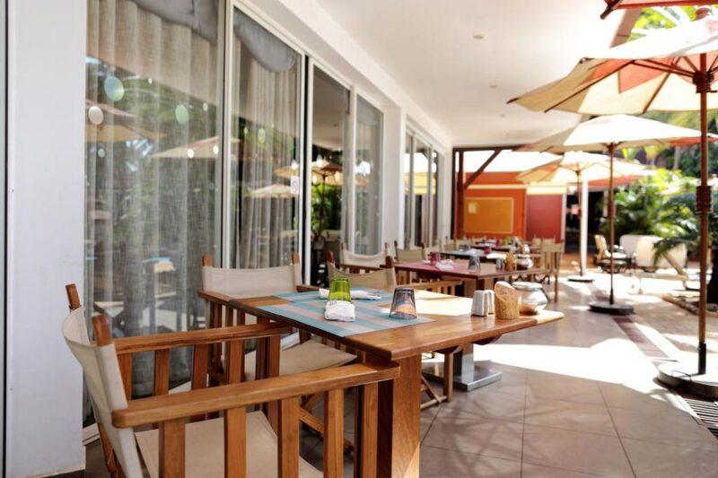 restauracja na tarasie hotelu Relais des Plateaux & Spa w Ivato