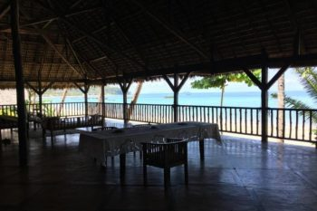 grande terrasse avec des tables à mangerVanio Lodge nosy be