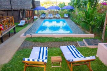 piscina tropicale del bungalow a Nosy Be