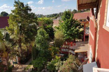 dans la cour de la maison d' hôtes W. Stay à Antananarivo