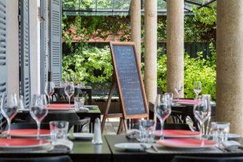 Tavolo e bicchiere da vino del ristorante Citizen ad Antananarivo