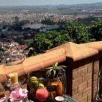 Vue le jour sur la terrasse du restaurant Lokanga à Tàna