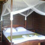 Lit des bungalows de l'hôtel Andriambe Lodge à Fort Dauphin près de la mer
