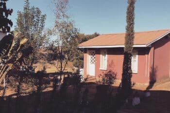 Vue jardin et bâtiment des bungalows de l'Auberge Tanana Kely en périphérie d'Antananarivo