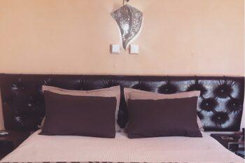 Lit double dans les chambres de l'hôtel Auberge Tanana Kely en périphérie d'Antananarivo, dans le quartier de Vontovorona