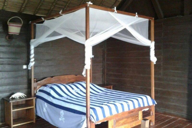 Lit double des bungalows de l'hôtel Andriambe Lodge à Fort Dauphin au sud de Madagascar