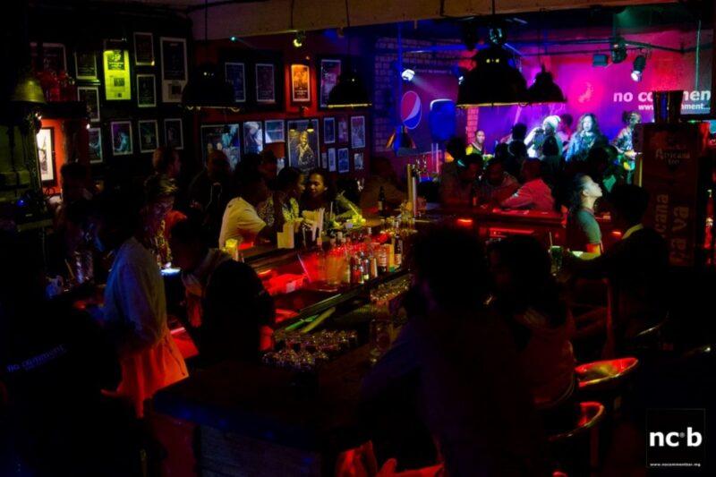 Ambiance et concert au No Comment Bar dans le quartier d'Isoraka, au centre d'Antananarivo