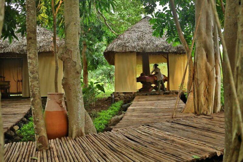 Allée et salle de massage du Spa de l'hôtel Home the Residence à Nosy Be