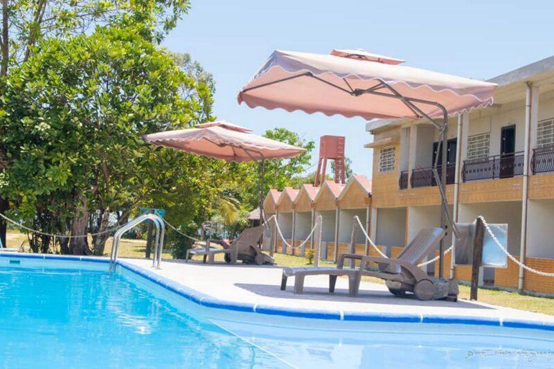 piscine facade hotel le manambato lac rasoabe brickaville