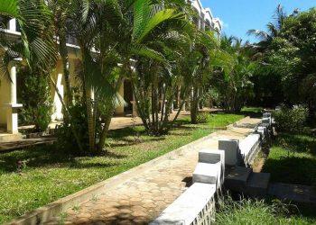Allée du Jardin de l'AR Sun Hotel, à proximité de l'aéroport d'Antsiranana