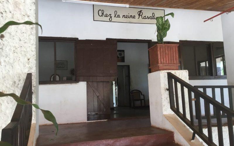 przy wejściu do hotelu La Reine Rasalimo w Miandrivazo