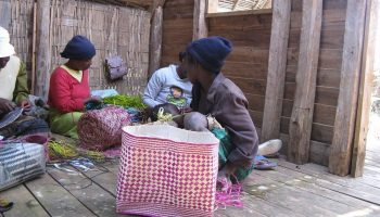 Visite de l'Association de femme Menalamba qui fabrique de l'artisanat malgache à Andasibe