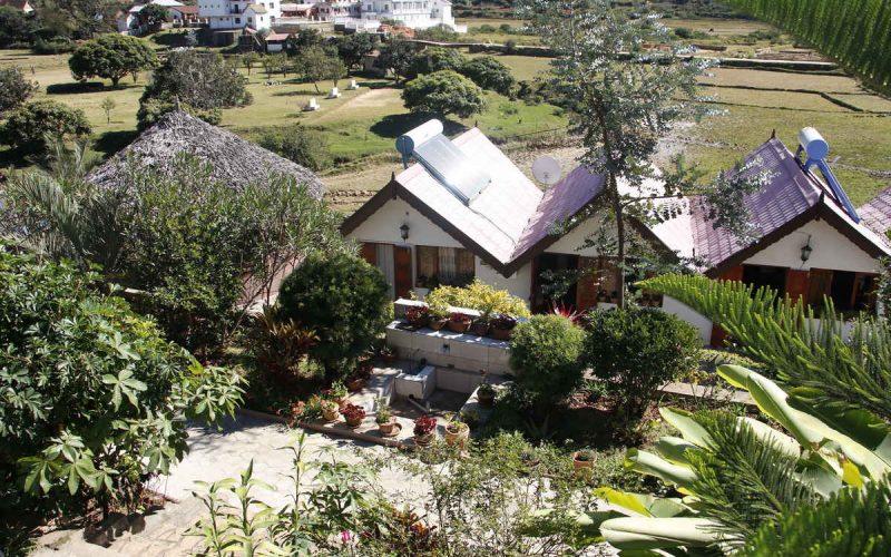 Bugalow et jardin de l'hôtel La Piscine Escapade à Ambositra sur la RN7